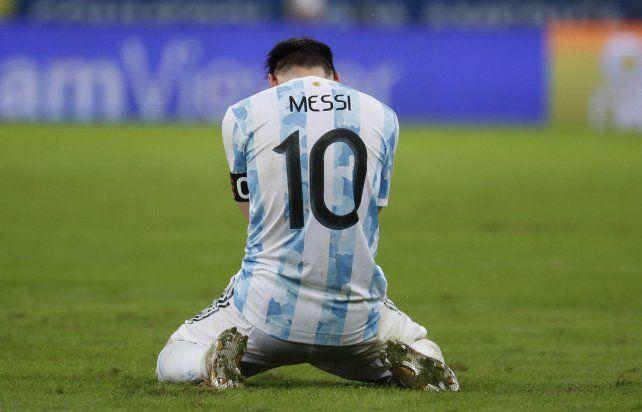 El argentino Lionel Messi se arrodilla al final de la final de la Copa América en el estadio Maracaná de Río de Janeiro, Brasil, el sábado 10 de julio de 2021. Argentina venció a Brasil 1-0. Foto AP / Bruna Prado
