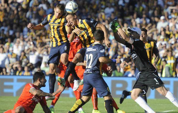 De arriba. Ruben y Musto la buscan en lo alto en el partido ante Independiente