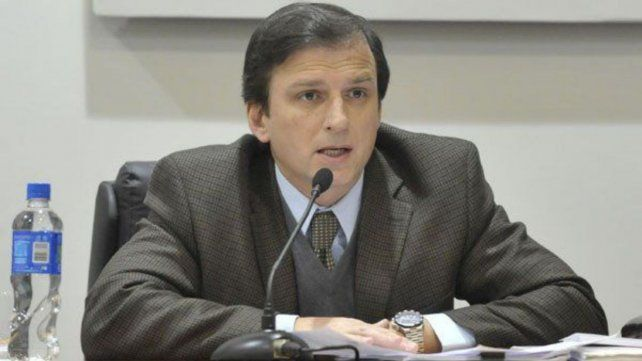 El camarista Alfredo Ivaldi Artacho revocó la libertad de un imputado por portación de arma de guerra.