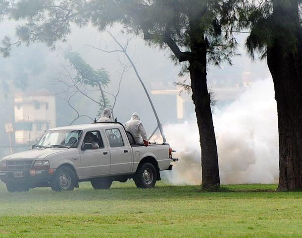La Dirección de Control de Vectores comenzó ayer las tareas de fumigación en parques de la ciudad y en cercanías del domicilio del hombre afectado por la enfermedad. (Foto: A. Celoria)