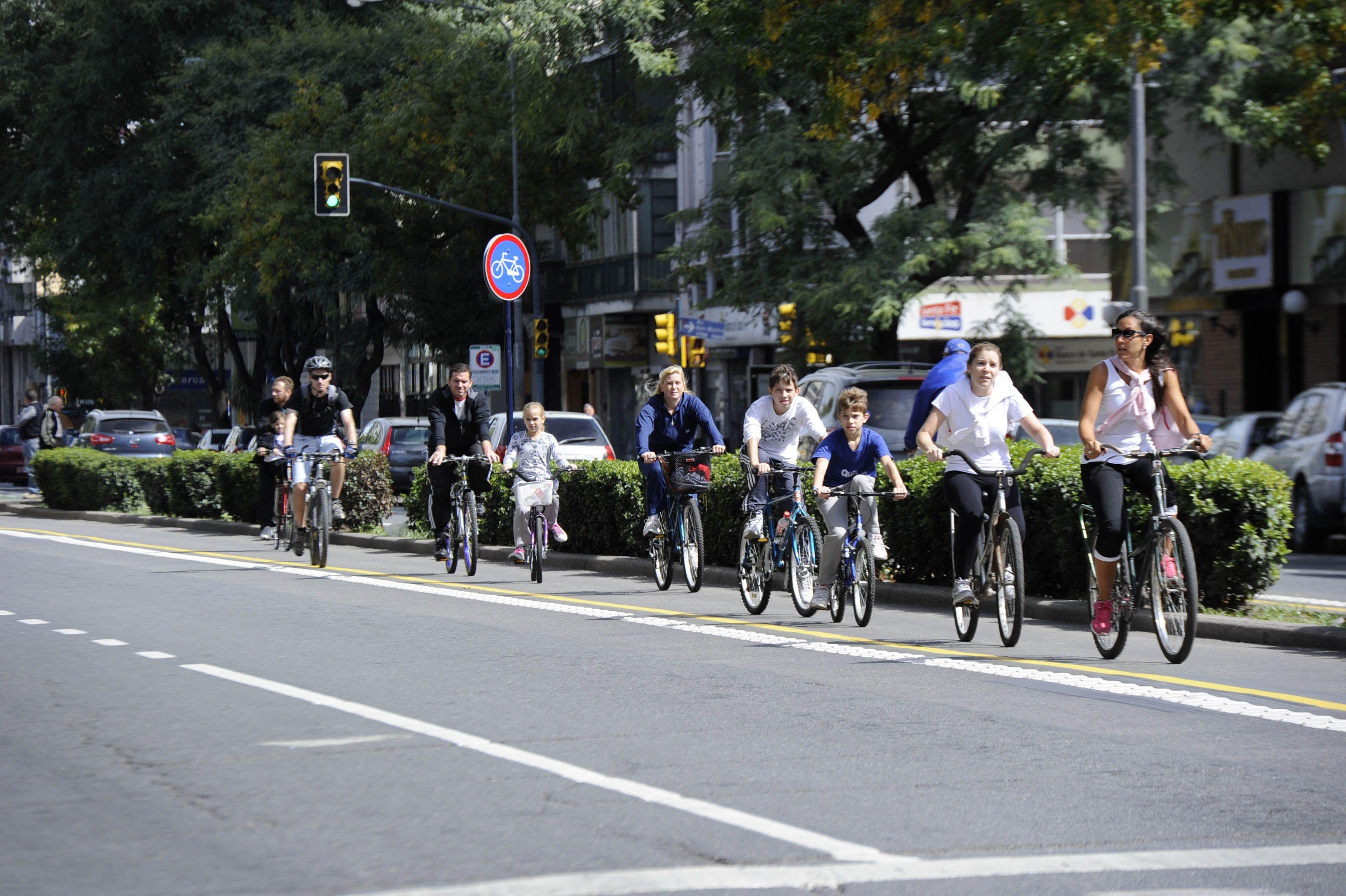 Los ciclistas cuestionan duramente que se esté por implementar el sistema de bicis públicas en el centro sin antes haber trazado una red de bicisendas en ese sector.
