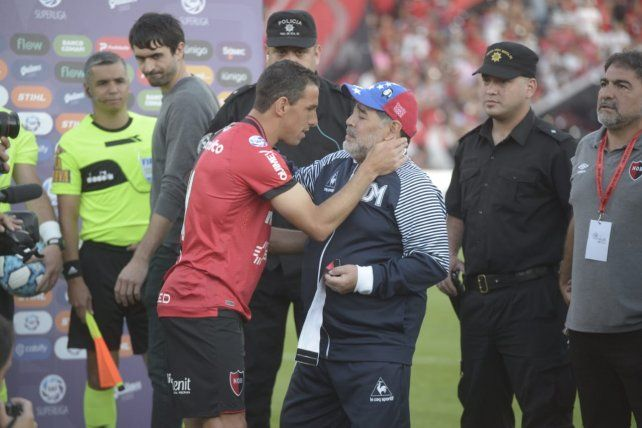 Newells rindió pleitesía a un Maradona que no pudo evitar las lágrimas
