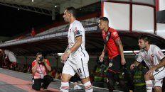 Maxi Rodríguez, el capitán leproso, encabeza la salida al estadio Antonio Accioly seguido por Negri.
