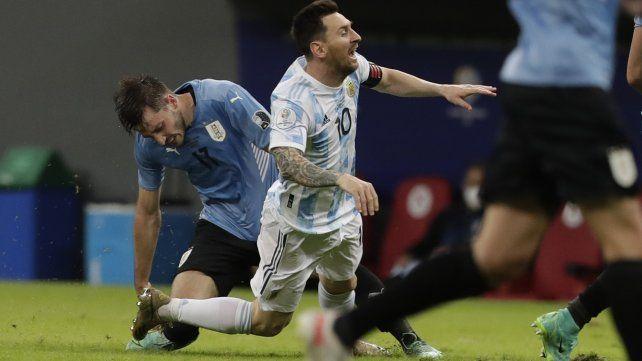 Messi cae al ser derribado por el uruguayo Camilo Candido. Foto AP Photo / Eraldo Peres