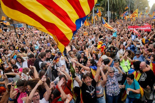 Euforia en las calles. Cientos de catalanes celebran emocionados la resolución del Parlament para crear una república independiente.