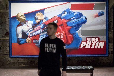 ídolo. El mandatario es presentado en todos los modos positivos posibles por 23 jóvenes artistas rusos.
