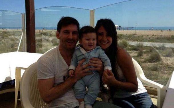Messi posa junto a su hijo Thiago y su mujer Antonella.