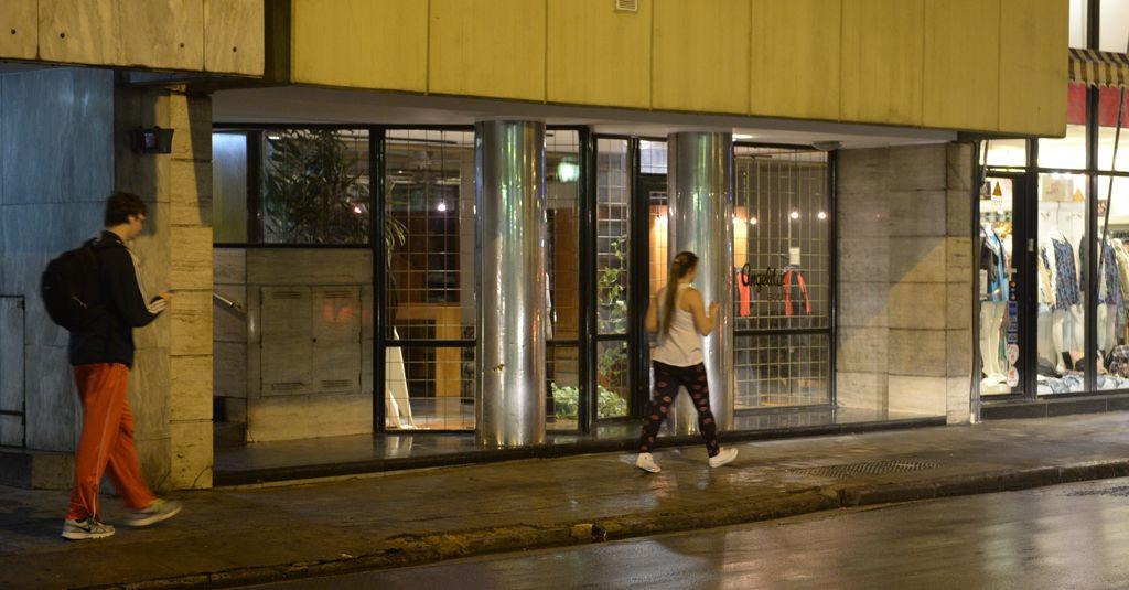 El sitio del siniestro. El ingreso del edificio donde la mujer se precipitó tres pisos por el hueco del ascensor.