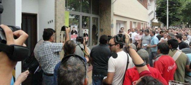Una multitud se reunió frente al juzgado de instrucción de Venado Tuerto para pedir que se esclarezca la muerte de Gastón Teglia. Hugo desbordes y destrozos.