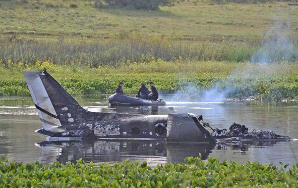 Maldonado. Efectivos de la Marina uruguaya trabajando a metros del turbohélice estrellado e incendiado.