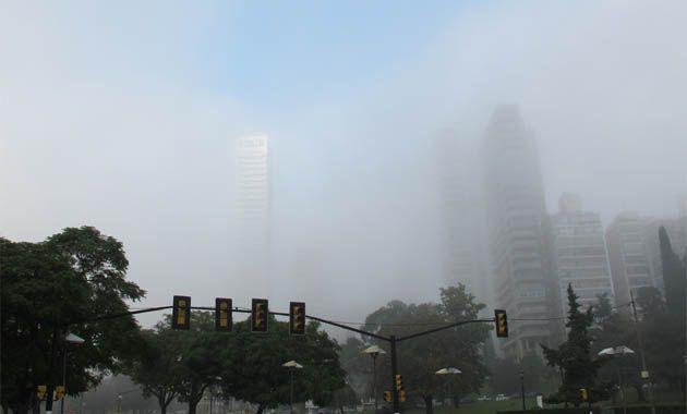 La ciudad amaneció escondida detrás de los bancos de niebla.