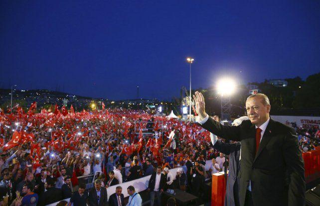 Duro mensaje. Erdogan saluda a la multitud que ondea banderas turcas.