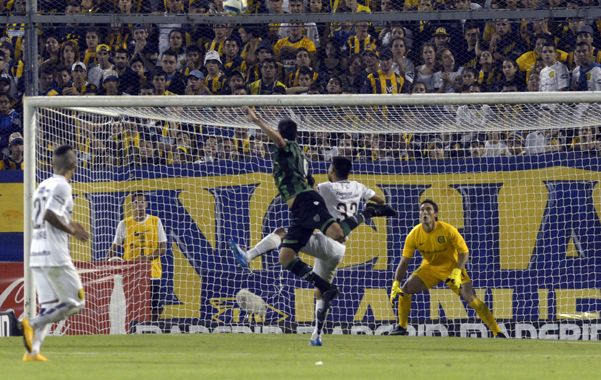 Cabezazo sanjuanino. Pumpido le ganó en el salto a Villagra en el 1-1 parcial.