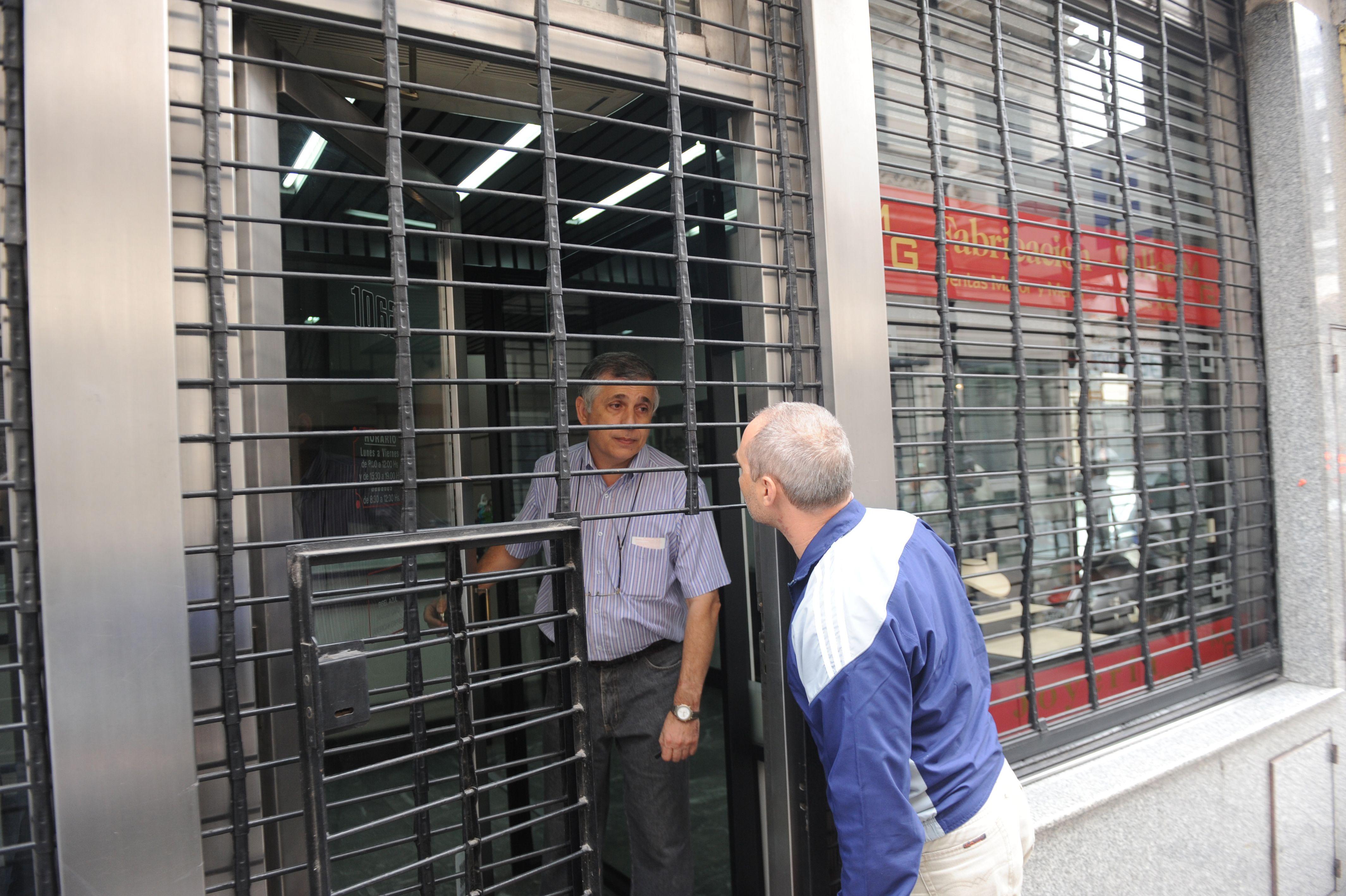 Los empleados de la joyería de Maipú 1062 no pudieron superar el temor a la hora de enfrentar a la prensa.