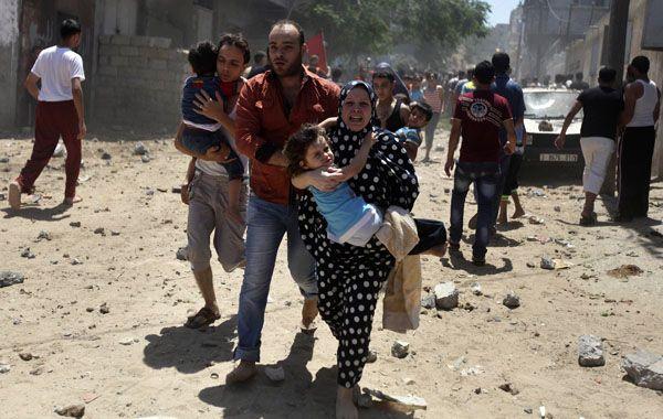 Familias palestinas huyen de sus hogares tras un inminente bombardeo de Israel contra blancos de Hamas.