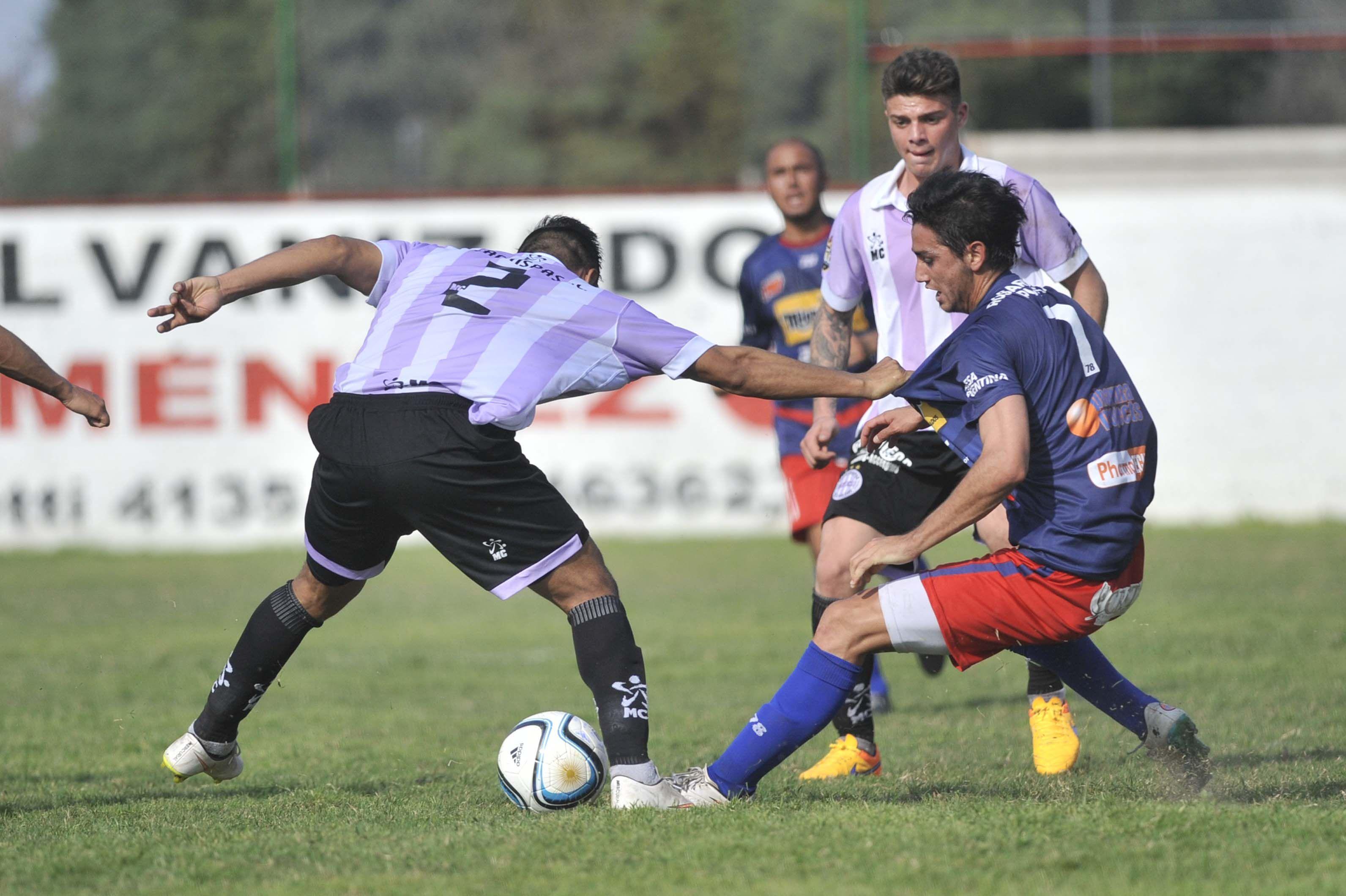 La figura. Cristian Sánchez inicia el ataque del charrúa.