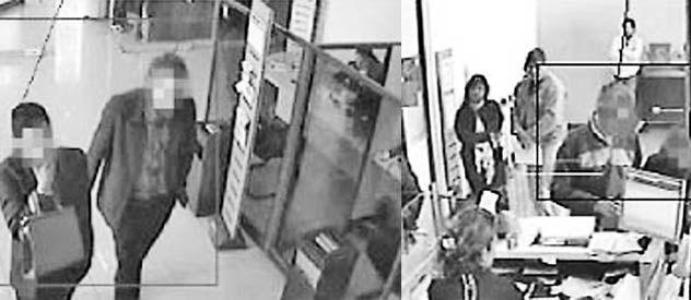 1) Dos miembros de la banda entran al banco usando traje y con maletín. 2) Se sitúan al fondo a la derecha del salón