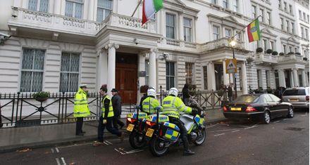 Londres expulsó a diplomáticos de Irán tras el asalto a su embajada