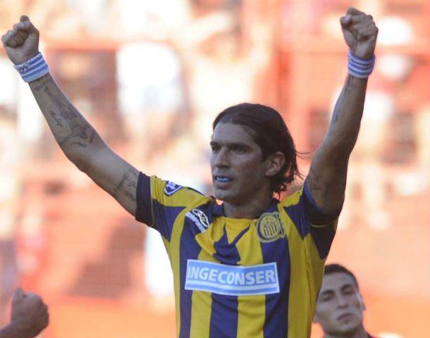 Manos arriba. El delantero uruguayo ejecutó con mucha jerarquía el penal en el primer gol canalla en La Paternal.