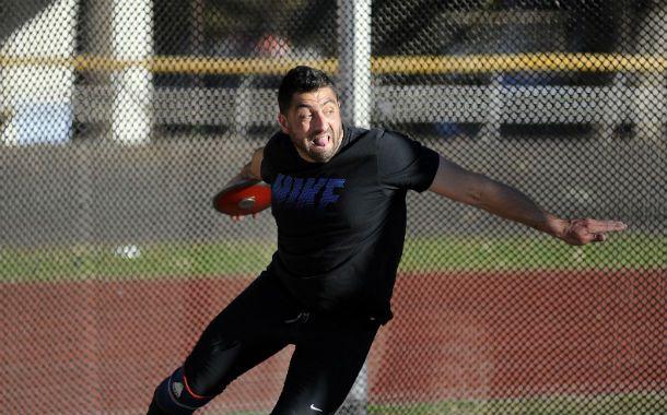 Ultimo esfuerzo. El atleta se despidió ayer en el estadio municipal Jorge Newbery.