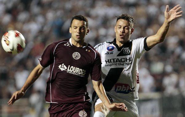 Duro y parejo. El Marciano Jorge Ortiz disputa la pelota con un adversario brasileño.