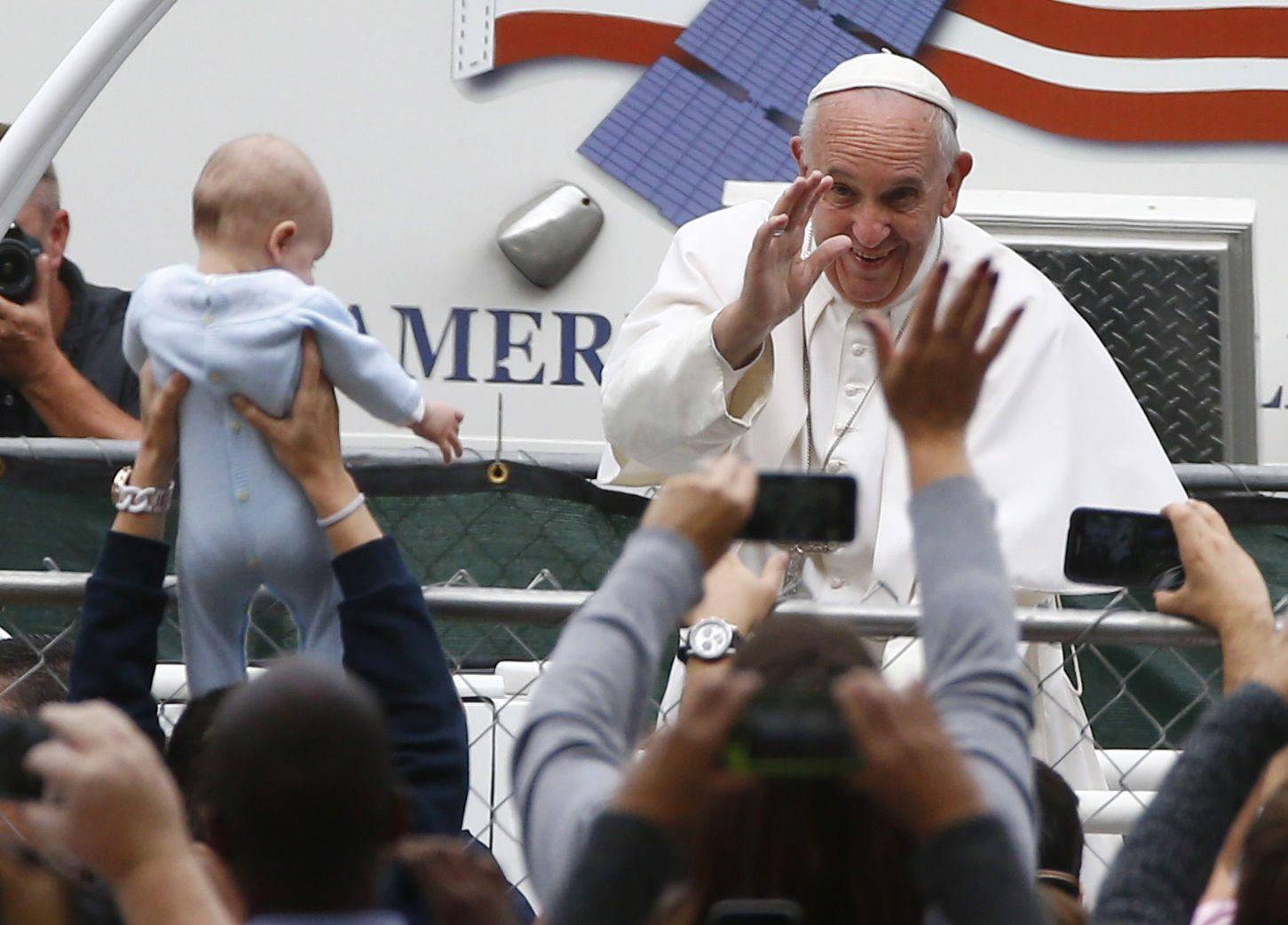 Francisco saluda a los fieles de todo el mundo que se congregaron ayer en Filadelfia.