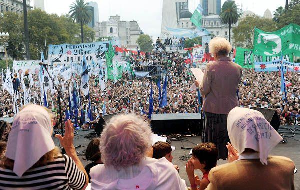 Desde el palco. Estela de Carlotto (Abuelas) leyó un largo documento ante 50 mil personas.
