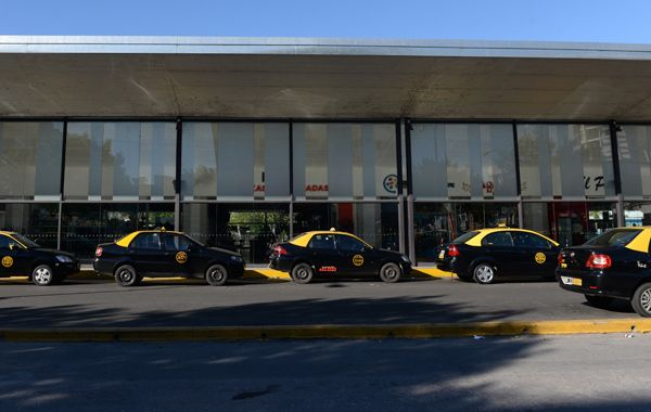 Los taxistas de la Terminal tendrán fiscalización permanente para impedir abusos. (foto archivo: Celina Mutti Lovera)