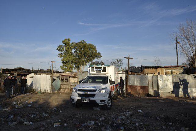 contexto. La ambulancia del Sies frente a la casilla donde encontraron enterrado en un pozo ciego a Fabricio Zulatto.