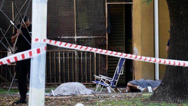 Los cuerpos de Bogolín y Navarro yacen juntos tras ser baleados este sábado en Casiano Casas y Baigorria.