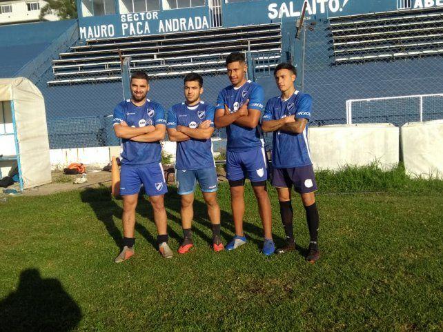 Los sobrevivientes albos. Alexis Alvarado, juan Benítez, Nataanel y Gonzalo Ríos se quedaron para afrontar el nuevo torneo de la Primera D.