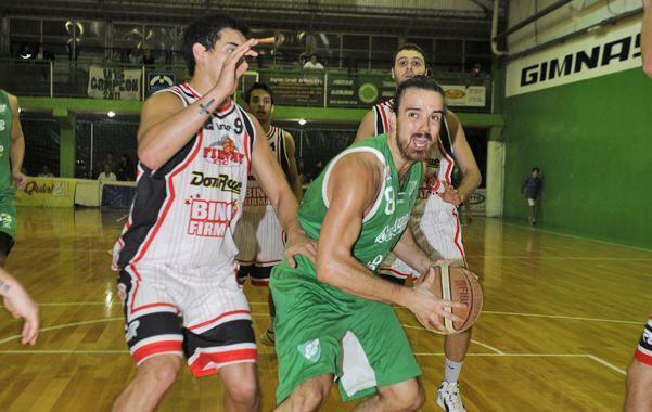 Lucha en la zona. Gustavo Bronzino intenta quebrar la marca de Alderete. (Foto: S. Toriggino)