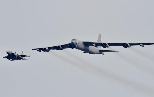 exhibición. El B-52 fue escoltado por un caza surcoreano.
