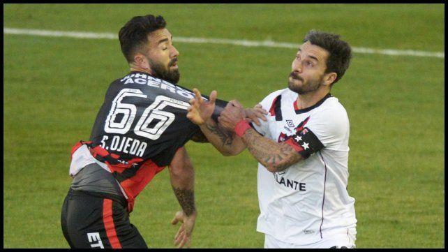 Ignacio Scocco y Ojeda en una disputa que parece ser por la camiseta.