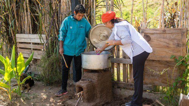 Lección. Uno de los talleres en los que se enseña a construir la cocina de adobe y ladrillos que empiezan a poblar las viviendas humildes.