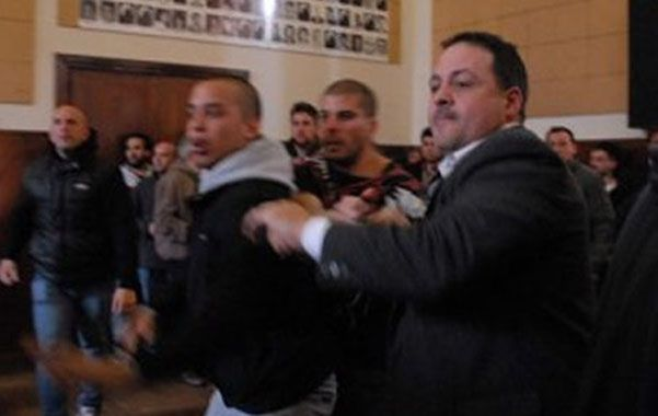 Violentos. En la sesión se debatía la destitución de la presidenta del cuerpo.