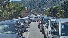 COLAS. Largas hileras de automóviles se vieron en localidades de las sierras cordobesas, colmadas de gente.