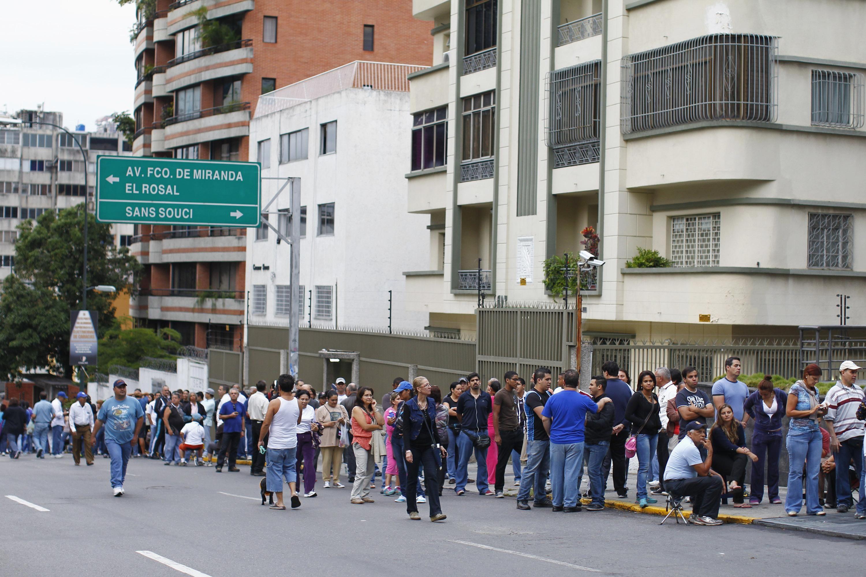 Desde antes del amanecer largas colas de ciudadanos se formaran frente a los centros de votación abiertos para que Venezuela elija hoy presidente para el período 2013-2019.