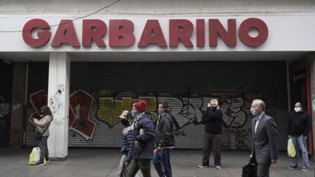 El local de Garbarino en peatonal Córdoba fue el primero en bajar las persianas.