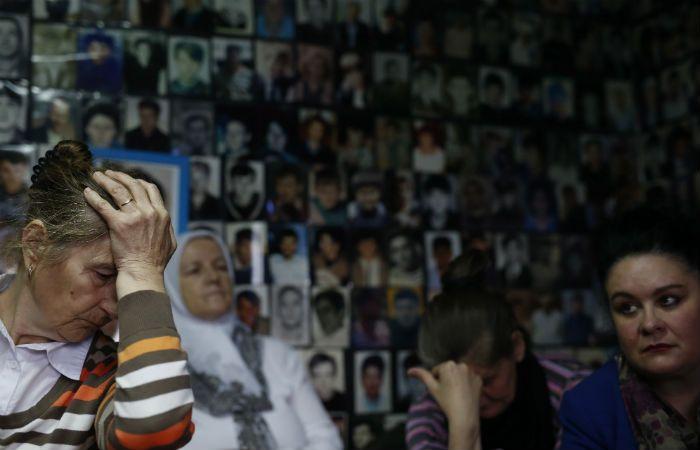 Dolor. Familiares de víctimas de Srebrenica escuchan la condena desde Bosnia.