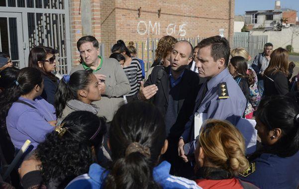 Tensión. Los ánimos estuvieron caldeados ayer en la puerta de la escuela