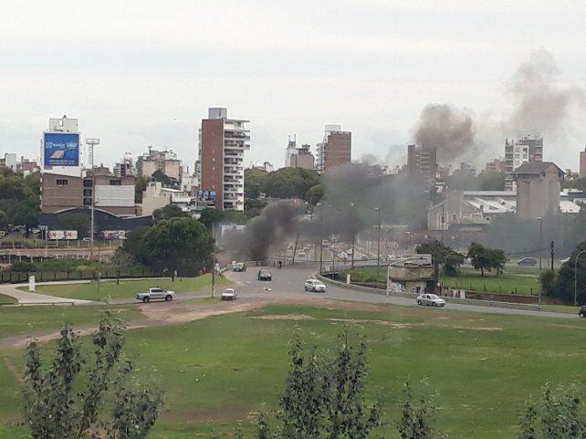 El humo en el Túnel Escalada se puede apreciar desde lejos. (Foto vía Twitter @negative101)