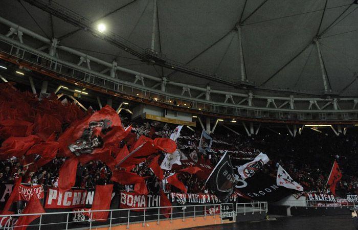 Miles de hinchas rojinegros coparon una de las cabeceras del Estadio Unico de La Plata. (Foto: G. de los Ríos)