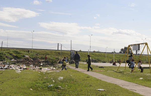Descampado. Una plazoleta rodeada de basura. Allí mataron a Dante Meza anteanoche y los chicos jugaban ayer.