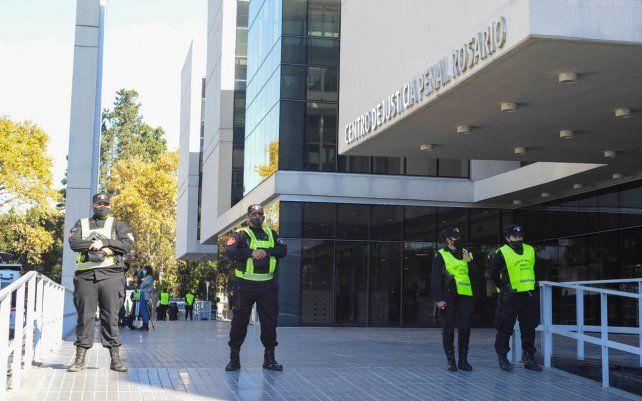 Gran cantidad de efectivos de la policía en el Centro de Justicia Penal de Rosario. El fiscal Marcelo Vienna imputó al líder de Médicos por la verdad Mariano Arriaga