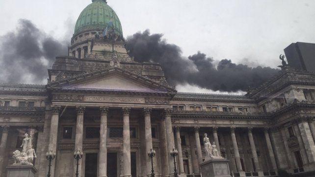 Susto y evacuados por un gran incendio en el anexo del Congreso de la Nación