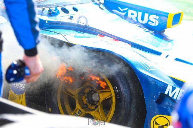 El motor del Torino de Boero perdió aceite y empezó a tomar fuego. Los bomberos debieron intervenir.