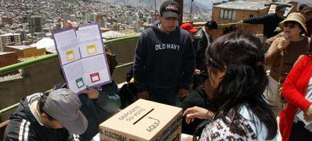 Bolivia: sondeos no oficiales dan el triunfo a Evo Morales en el referendo