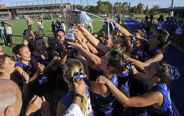 Las chicas de Uni tiran de las cintitas para quedarse con una de las medallas que guarda la copa. La final fue un gran partido que quedó en manos del equipo rosarino que festejó a pleno.