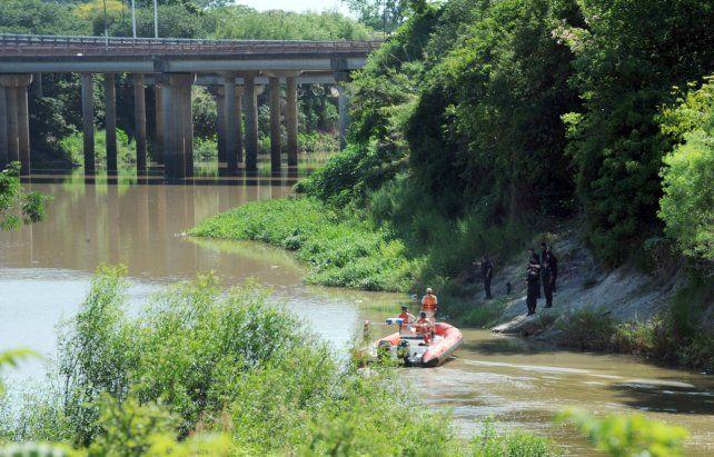 En el arroyo. Agentes de Prefectura levantaron el cuerpo desmembrado.